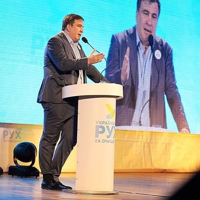 Своим поведением всегда удивляет и Михаил Саакашвили На днях на Антикоррупционном форуме в Днепропет
