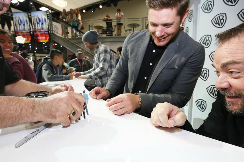 Фотографии автограф сессии «Сверхъестественного» на комик коне 2016
