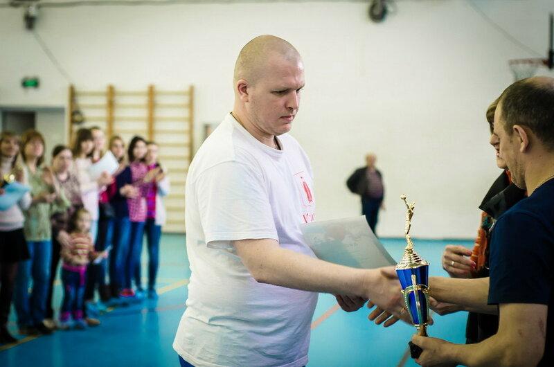 """Капитан команды """"Реал"""" Денис Быков получает кубок за 1 место в открытом первенстве УМР по волейболу 2016 года"""