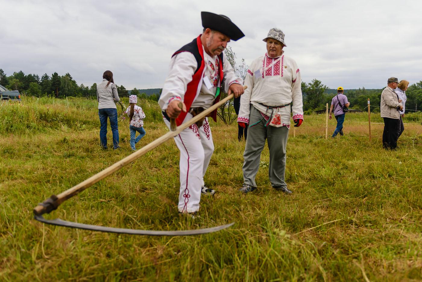 Фото 28. Косарь из Словакии на турнире в Артях показывает особенности кошения травы в его стране. 1/2000, -0.33, 2.8, 320, 24.
