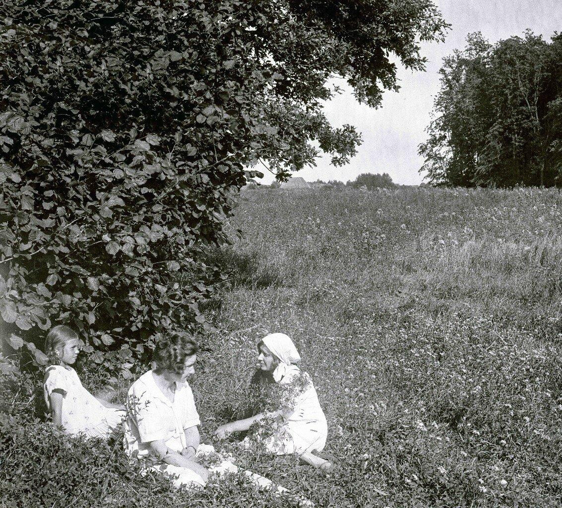 1927. Ек.Журавлева, Ек.Попова, Лиза. Троицкий лес, август