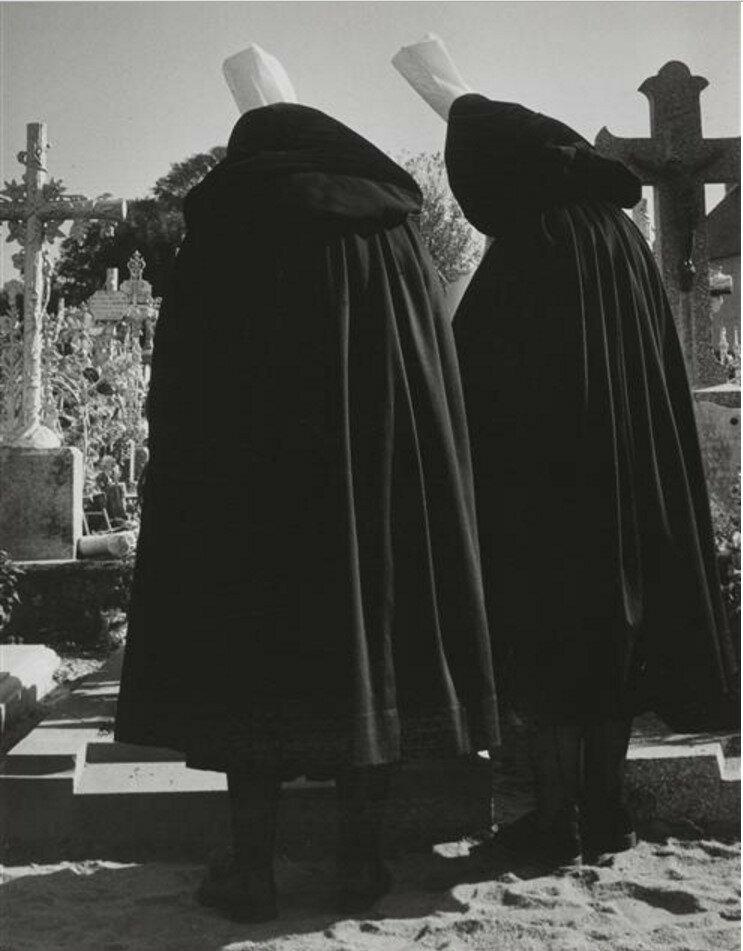 1953. Траурные плащи. Женщина в бигуденах, Бретань