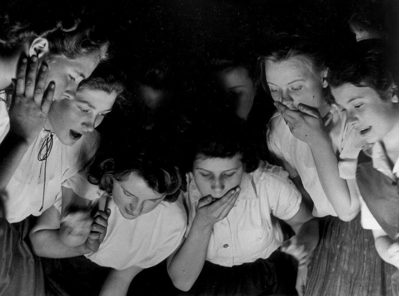 Девушки из организации Союз немецких девушек (БДМ) на репетиции спектакля