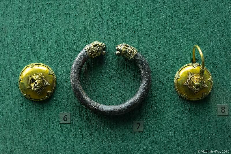 Щиток от височного кольца со скульптурным изображением головы льва в центре и браслет с окончаниями в виде львиных голов