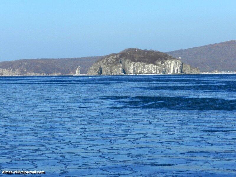 Остров Русский. Восточное и южное побережье. Вид с парома. 5-января-2012г