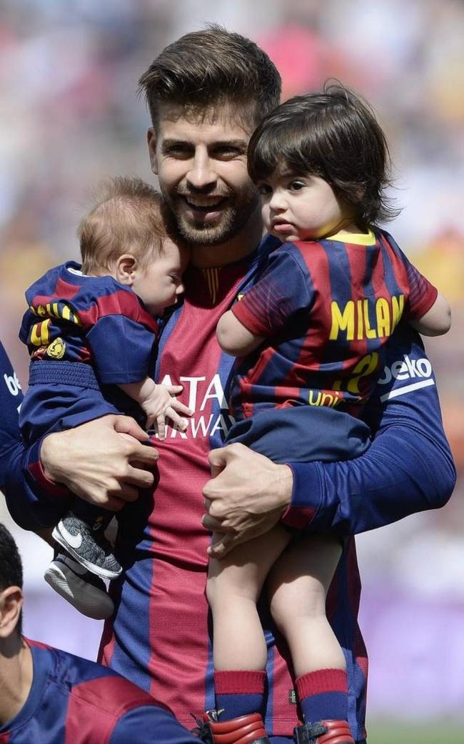 Защитник футбольного клуба «Барселона» выбрал себе вжены красавицу певицу Шакиру, которая подарила