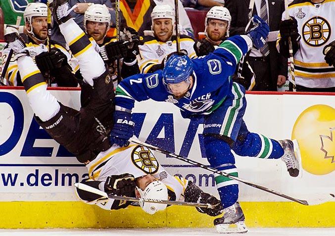 спортивный год 2011 - финальная серия Кубка Стэнли между командами Boston Bruins и Vancouver Canucks