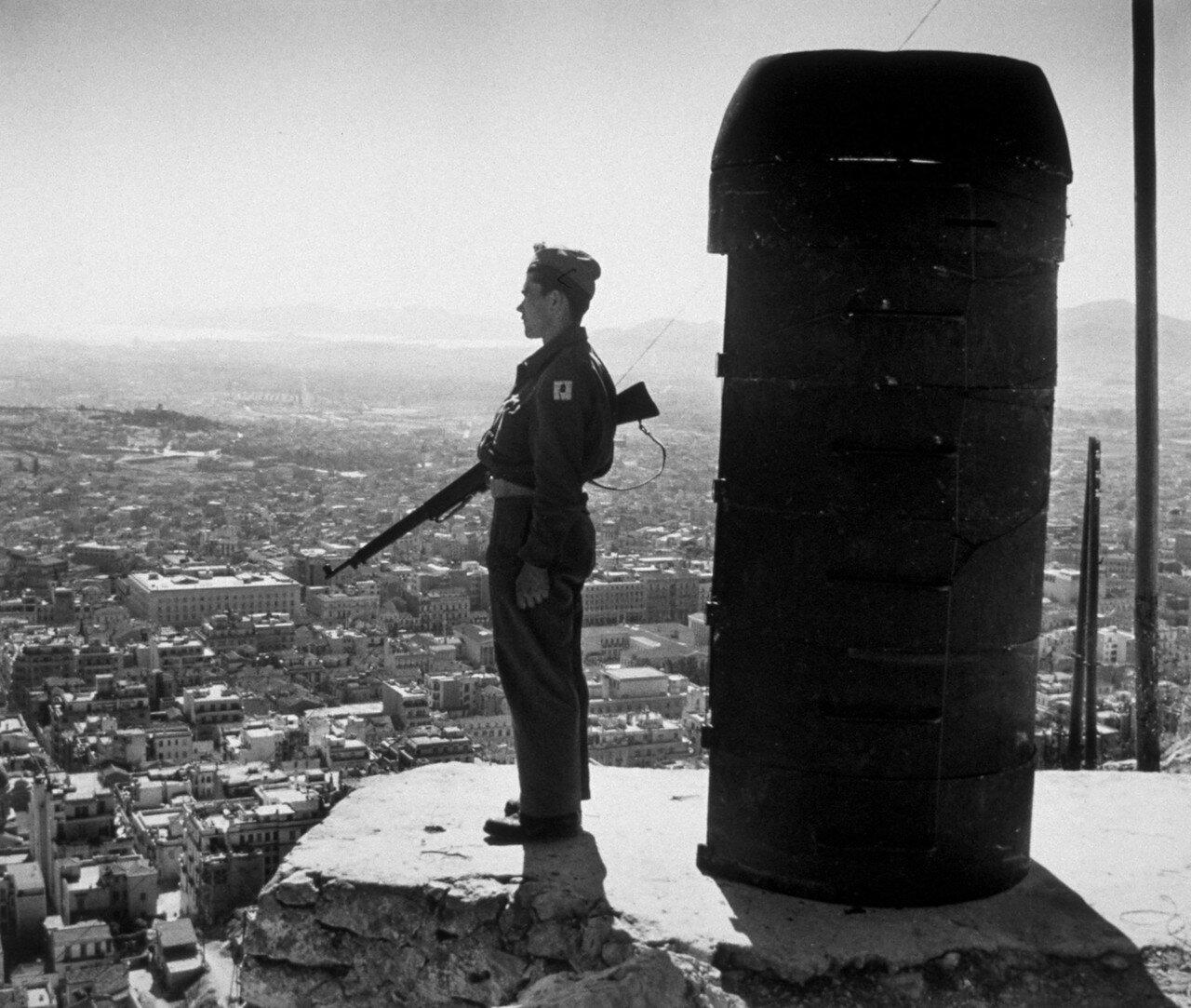 1947. Часовой в карауле на Ликабет Хилл в Афинах. Объявлено состояние боевой готовности из-за возможных атак партизан