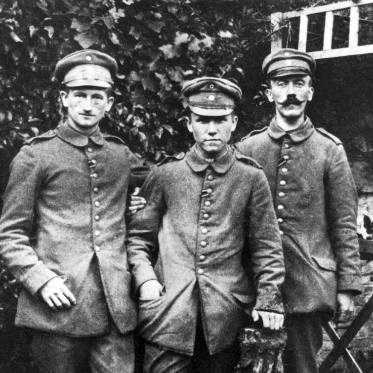 Адольф Гитлер (справа), 1914 г..jpg