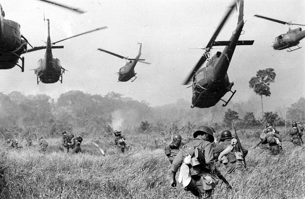 Вертолеты армии США поливают пулеметным огнем линию леса в целях содействия атаке южновьетнамских войск во время их нападения на лагерь сил Северного Вьетнама в 25 километрах от камбоджийской границы