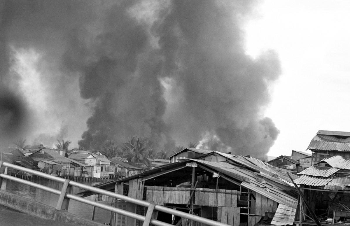 Битва Сайгон - первое наступление: Клубы густого дыма от взрывов в ходе начала наступательных действий со стороны сил вьетнамских партизан