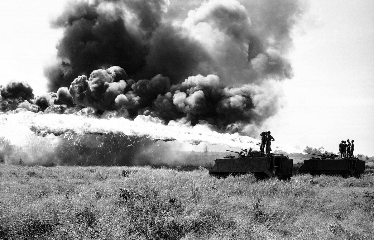Солдаты Южного Вьетнама занимаются опробыванием огнеметов на базе БТР у границы с Камбоджей (28 ноября 1971 года)