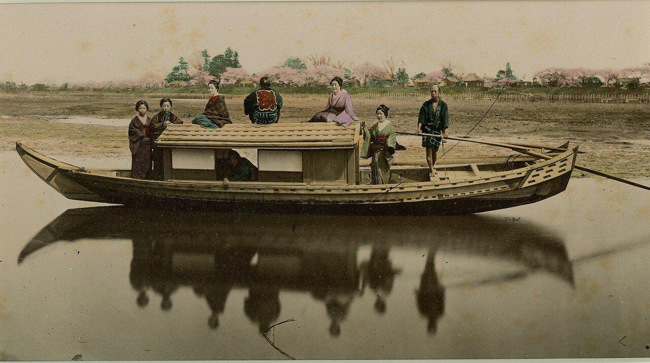 На речной лодке