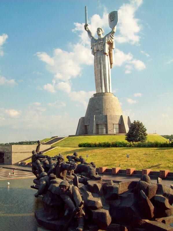 Монумент Родина Мать над Музеем ВОВ