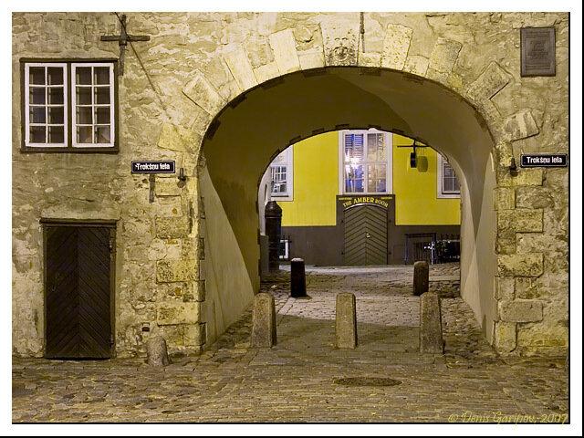 Шведские ворота ночью