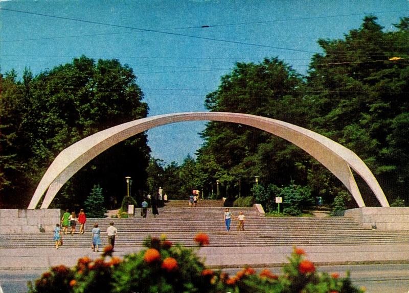 Вход в ЦПКиО им. Горького со стороны пл. Гагарина (фото Е. Света)
