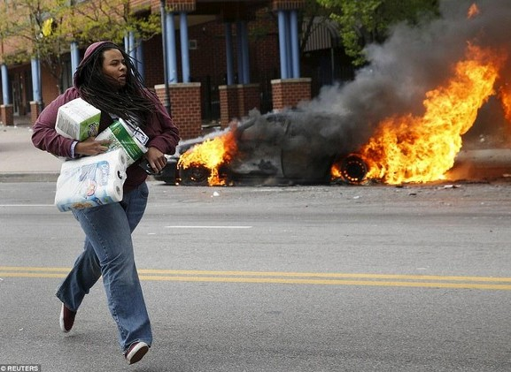 женщина протестует