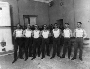 Группа студентов в гимнастическом зале института в день его открытия.