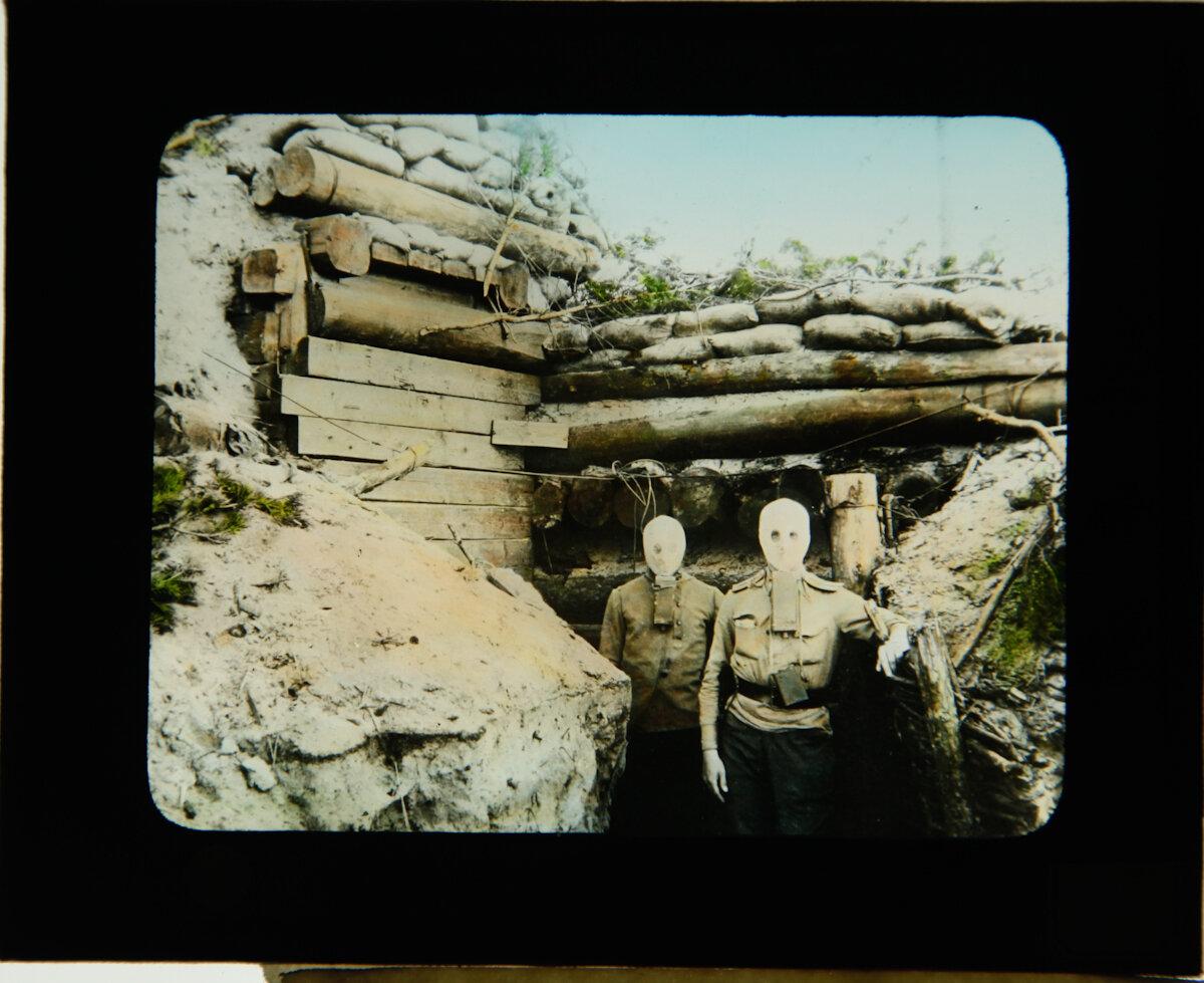 Солдаты на передовой линии фронта в бункере, позируют для фото в окопе