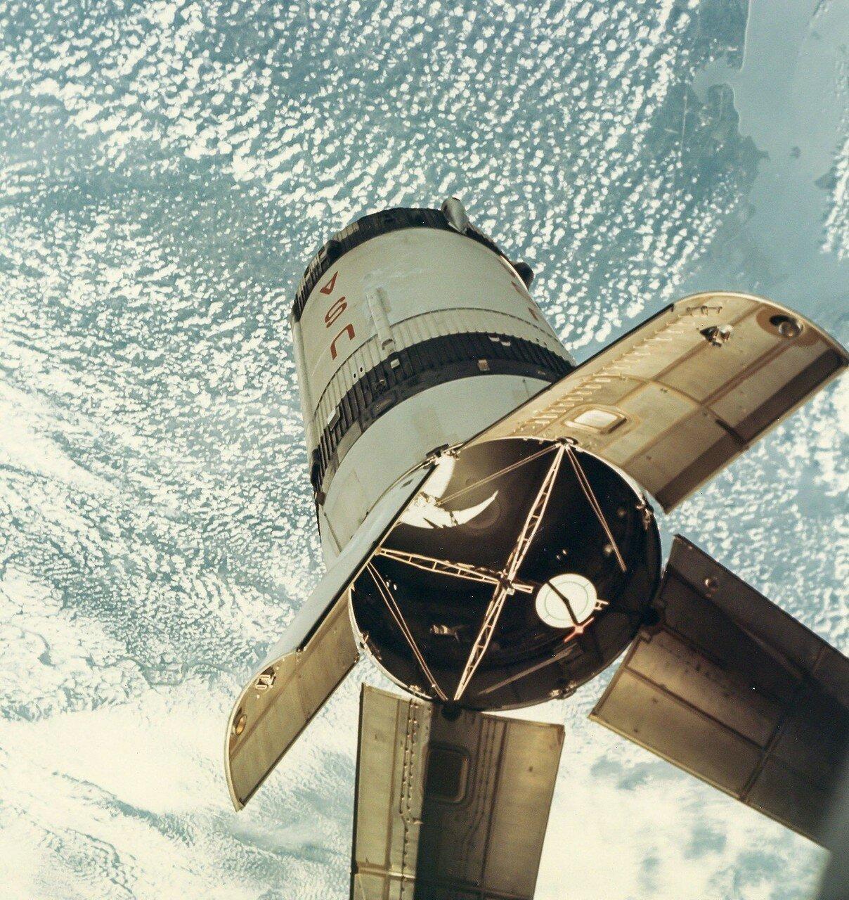 1968, октябрь.  Причаливание «Аполлона-7» ко второй ступени ракеты-носителя до расстояния 1—2 метра
