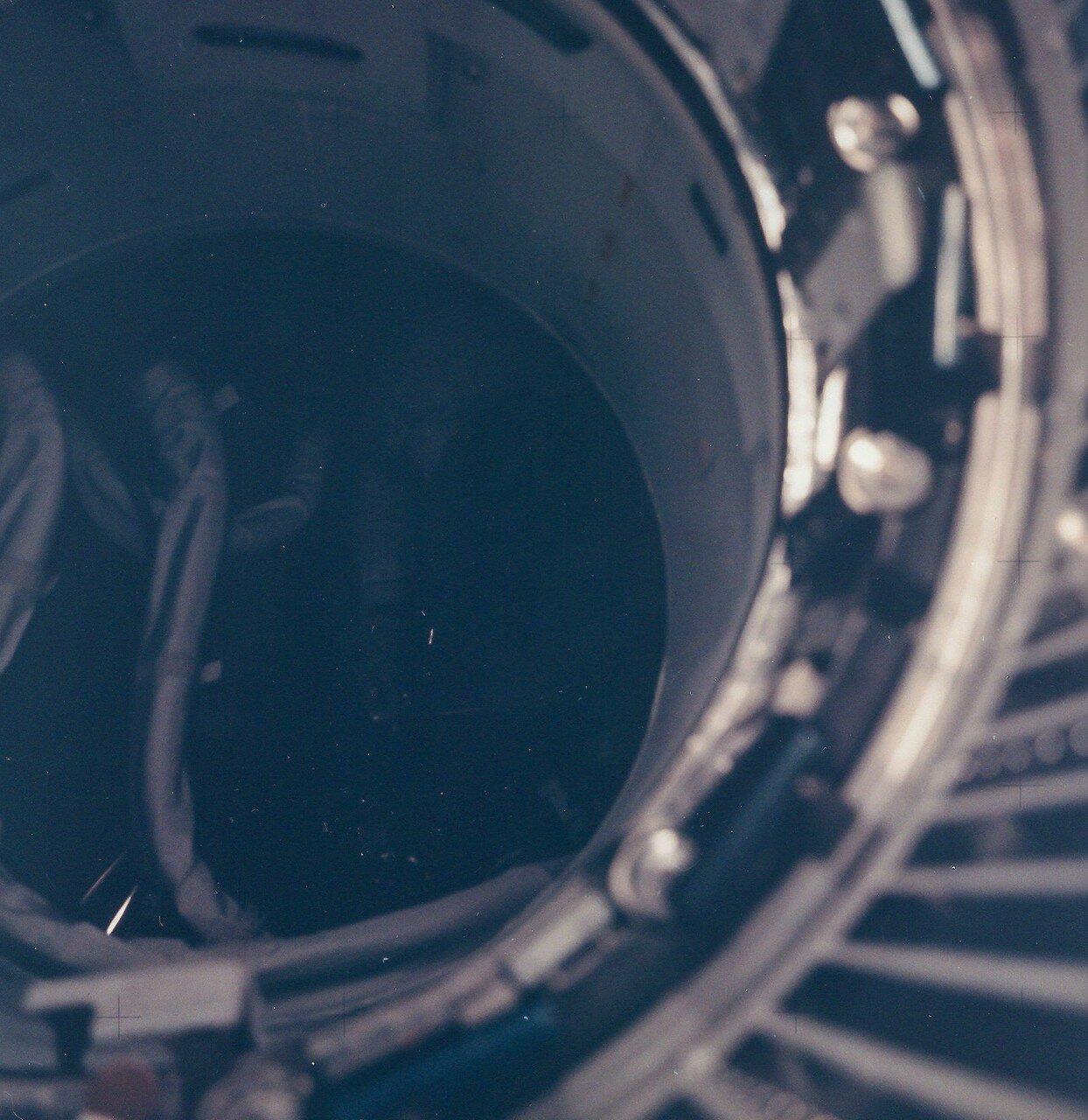 Последовала команда двум членам экипажа перейти в кабину лунного модуля. Хейз приступил к включению систем лунного корабля, а Ловелл записал параметры ориентации на компьютере в журнал полёта. На снимке:  Внутренний вид корабля во время эвакуации экипажа