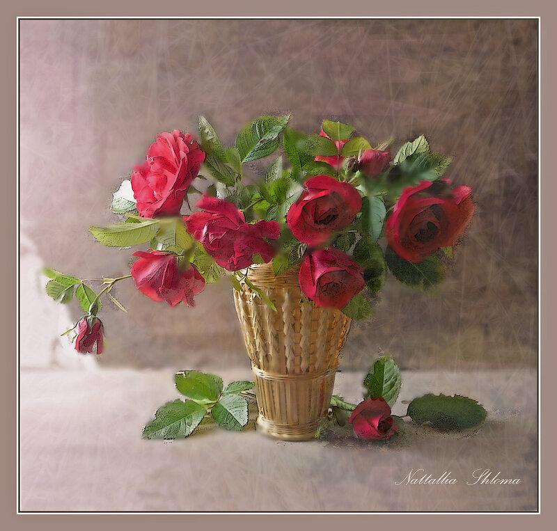 Красные розы в соломенной вазочке