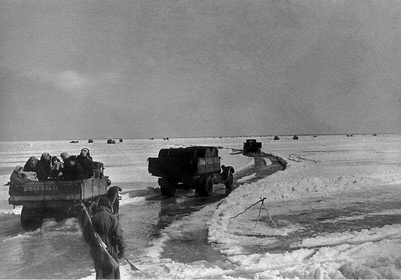 Грузовые автомобили вывозят людей из Ленинграда