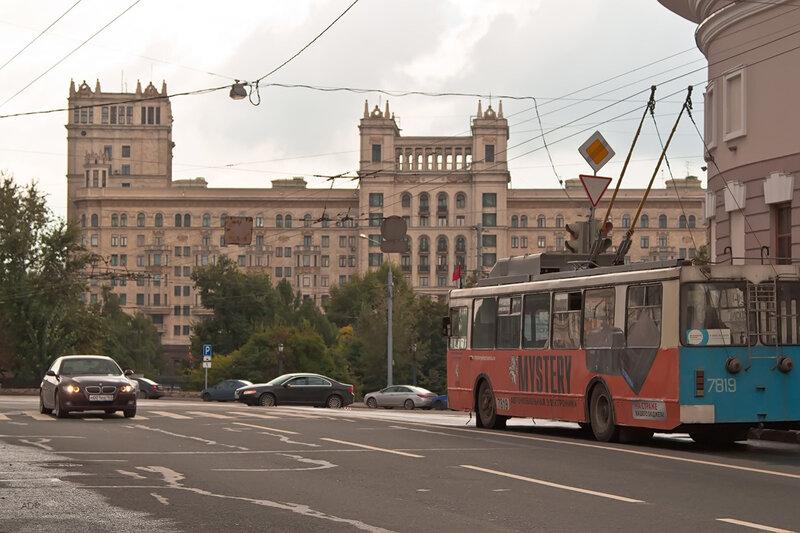 Вид на корпус В высотки на Котельнической  наб. с ул. Солянка