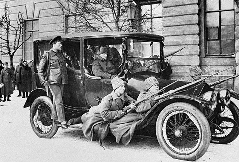 Военный патруль на автомобиле в первые дни Февральской буржуазно-демократической революции.jpg