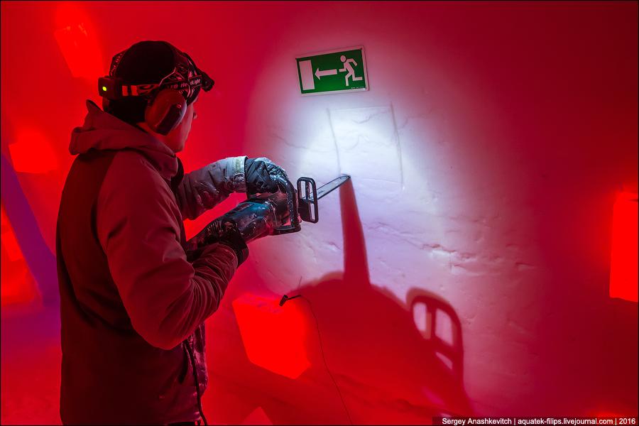Как проводят электричество в отеле из льда в Лапландии