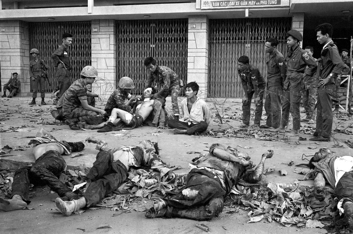Убитые и раненые партизаны, которые попали в плен к солдатам сил Южного Вьетнама в ходе своей атаки на один из кварталов Сайгона