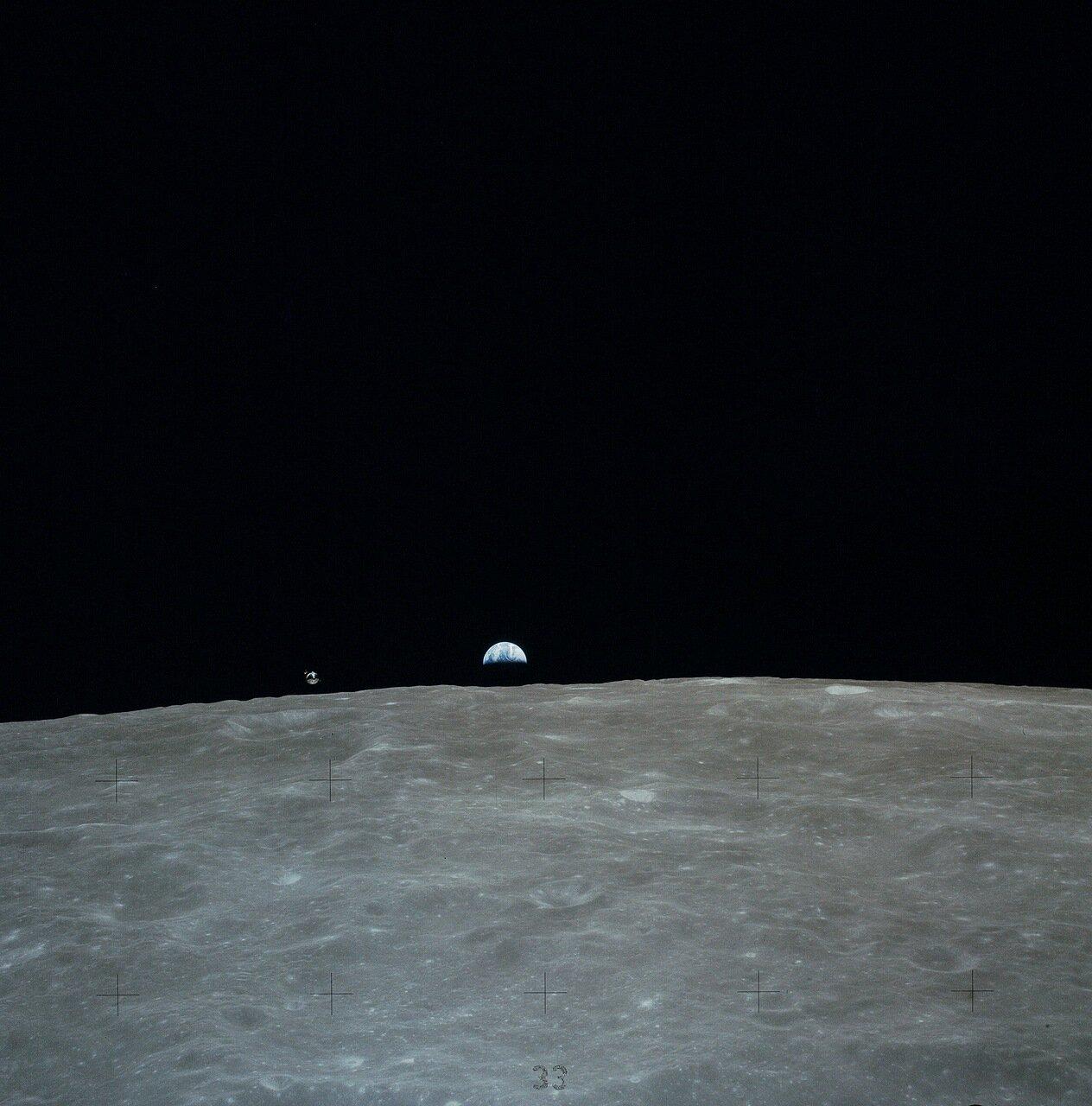 На высоте около 6000 м Джон Янг, вытянув шею, смог разглядеть детали поверхности вблизи запланированного района посадки: западный склон горы Стоун Маунтин На снимке: «Каспер» и Земля над лунным горизонтом, снятые из «Ориона»