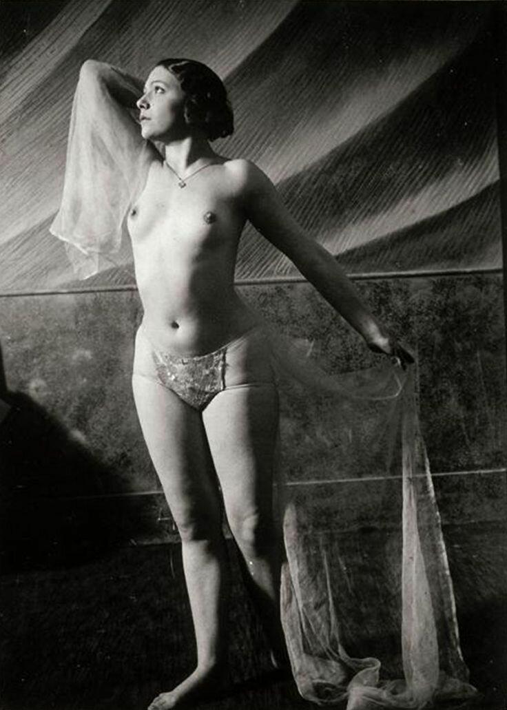 1932. Фоли-Бержер.  Танцовщица