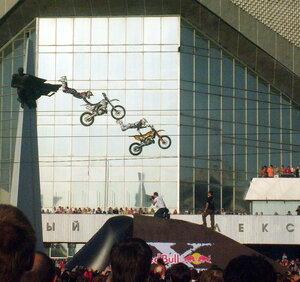 Мотоциклисты пролетают мимо Виктора Блинова