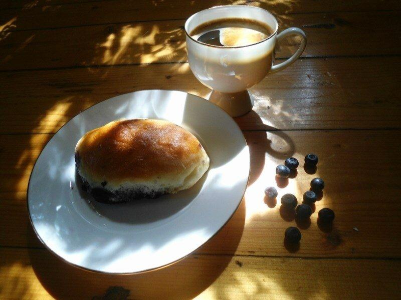 Кофе и черничный пирожок.