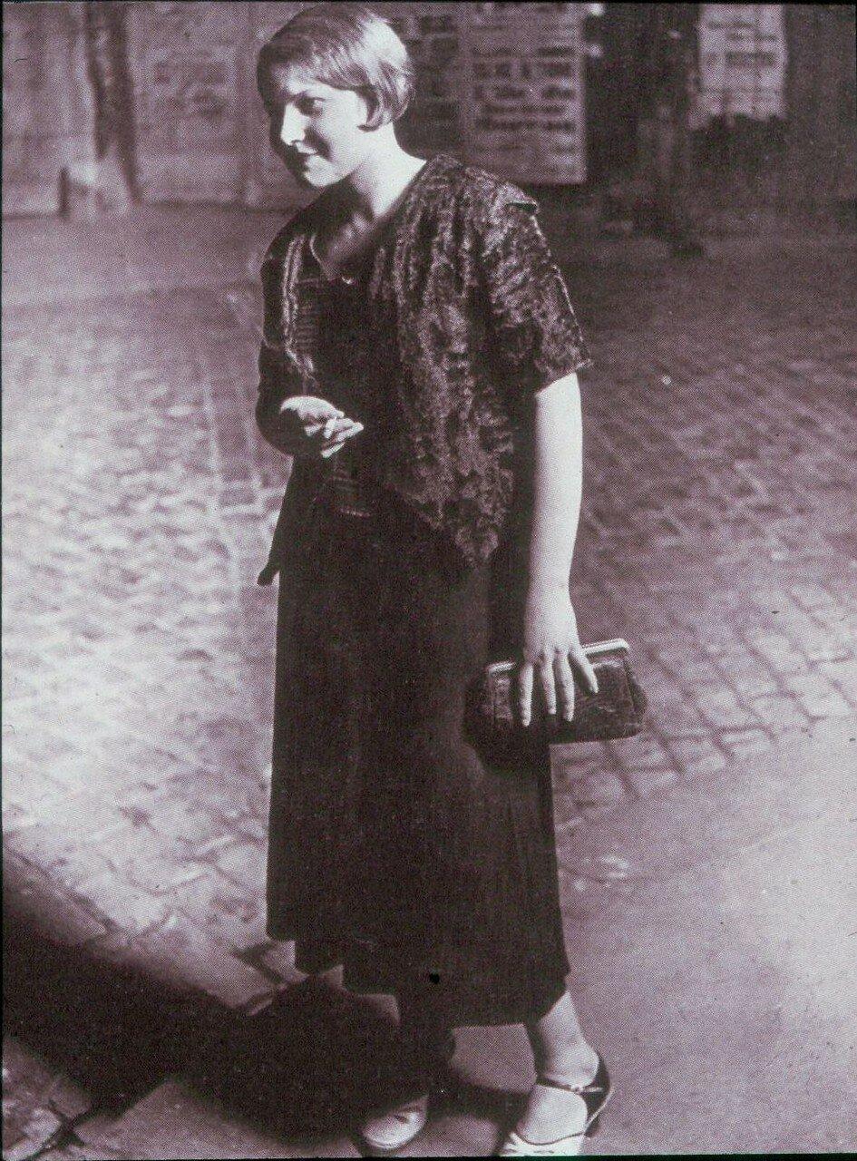 1932. Начинающая проститутка с площади Италии