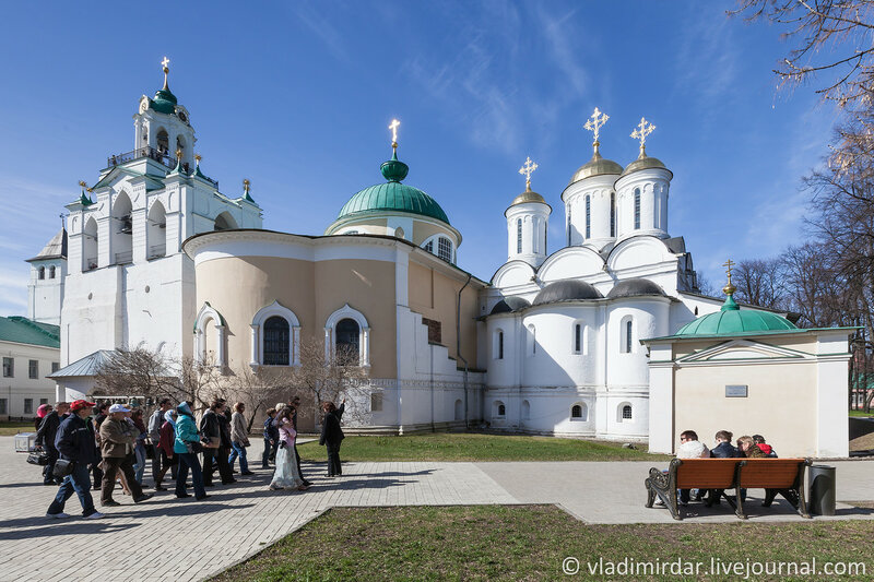 Соборная площадь площади Спасо-Преображенского монастыря в Ярославле