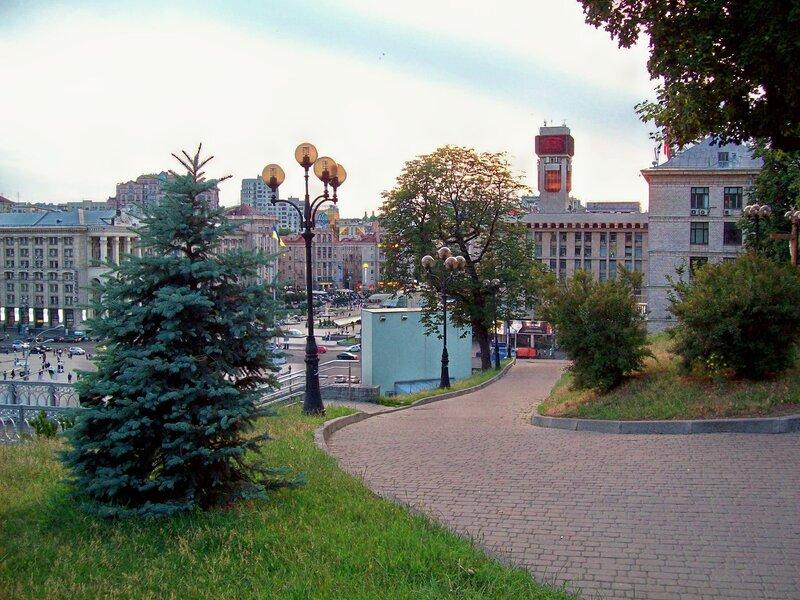 Аллея к Октябрьскому дворцу