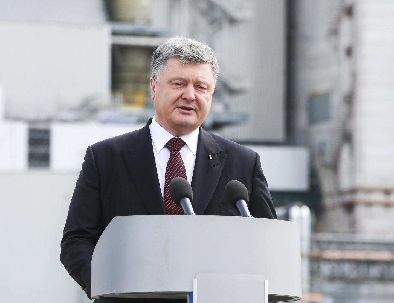 Порошенко объявил озапуске безвизового режима сЕС стихами