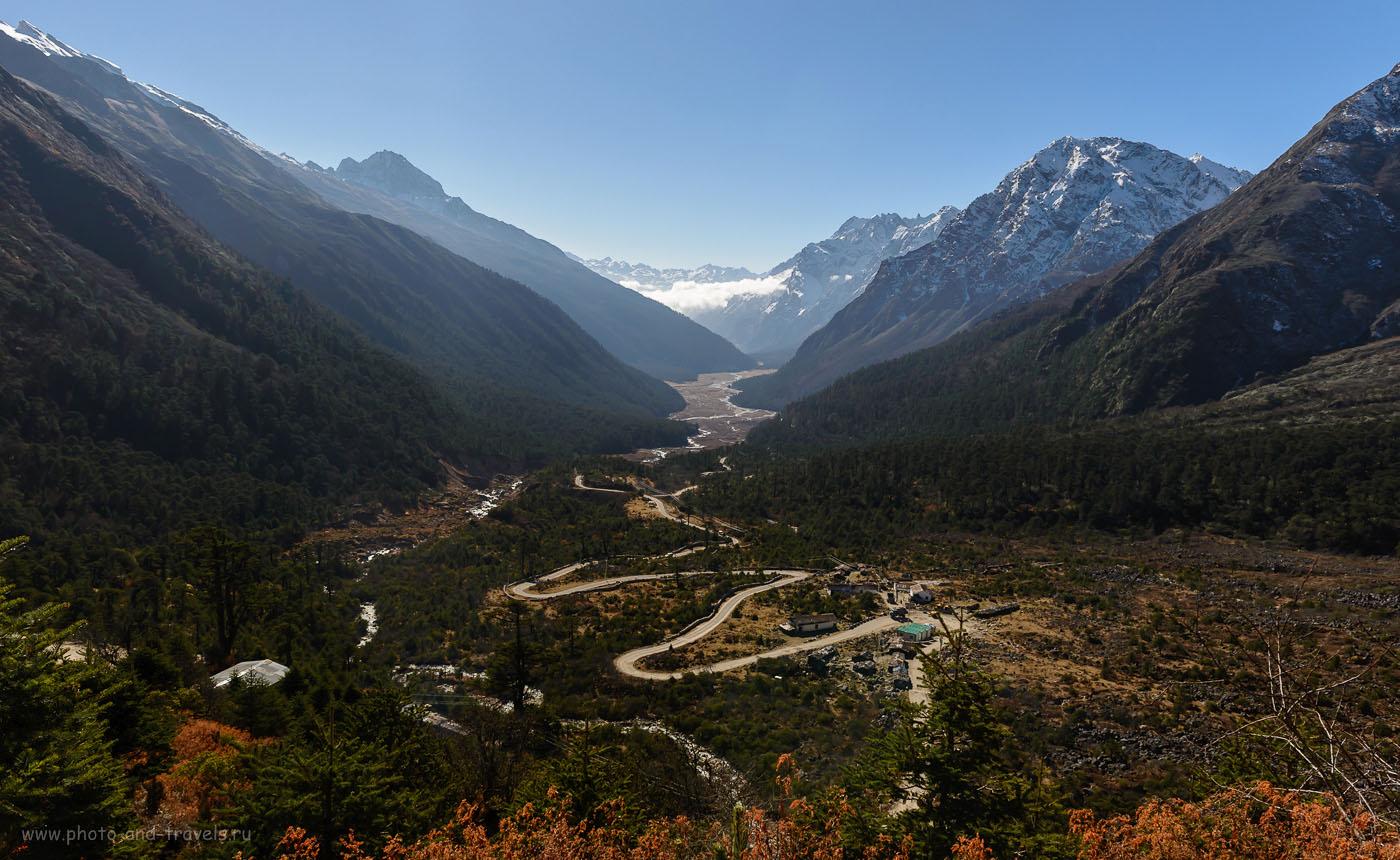 Фото 2. Вид на долинуYumthangValleyсо склона горы. Подняться сюда можно только во время экскурсии вZeroPoint. Гид получал еще один пермит на посещение данной территории. Отчеты туристов об экскурсиях на северо-востоке Индии. ФотоаппаратNikonD610, объективNikon24-70/2.8. Параметры съемки: выдержка 1/400 секунды, экспокррекция -2.0EV, диафрагмаf/8.0, светочувствительностьISO250, фокусное расстояние 24 мм.