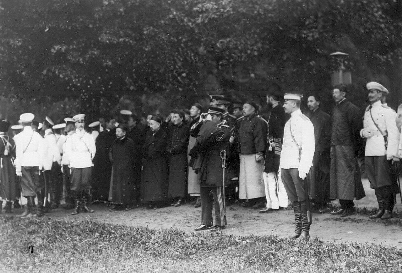 10. Офицеры - представители иностранных военных миссий наблюдают за смотром новобранцев. 1907