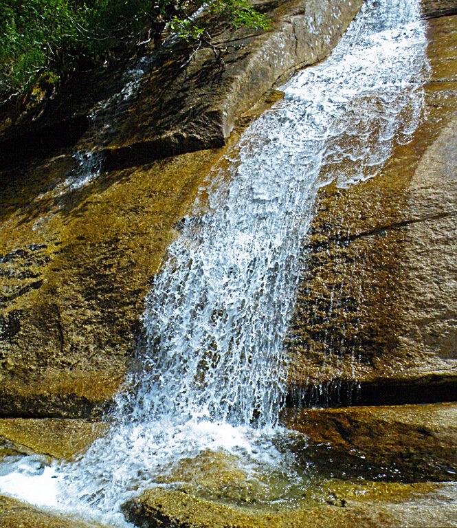 Таких водопадов там - сотни