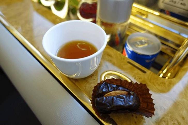14. После этого стюардесса предложила мне кофе и финики, с последующим освежающим горячим полотенцем