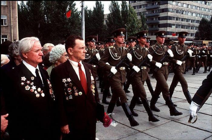 Донецкие ветераны Второй мировой войны пришли почтить погибших во время нацистской оккупации, 1988 г