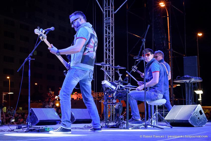 выступление группы Staffles гитарист