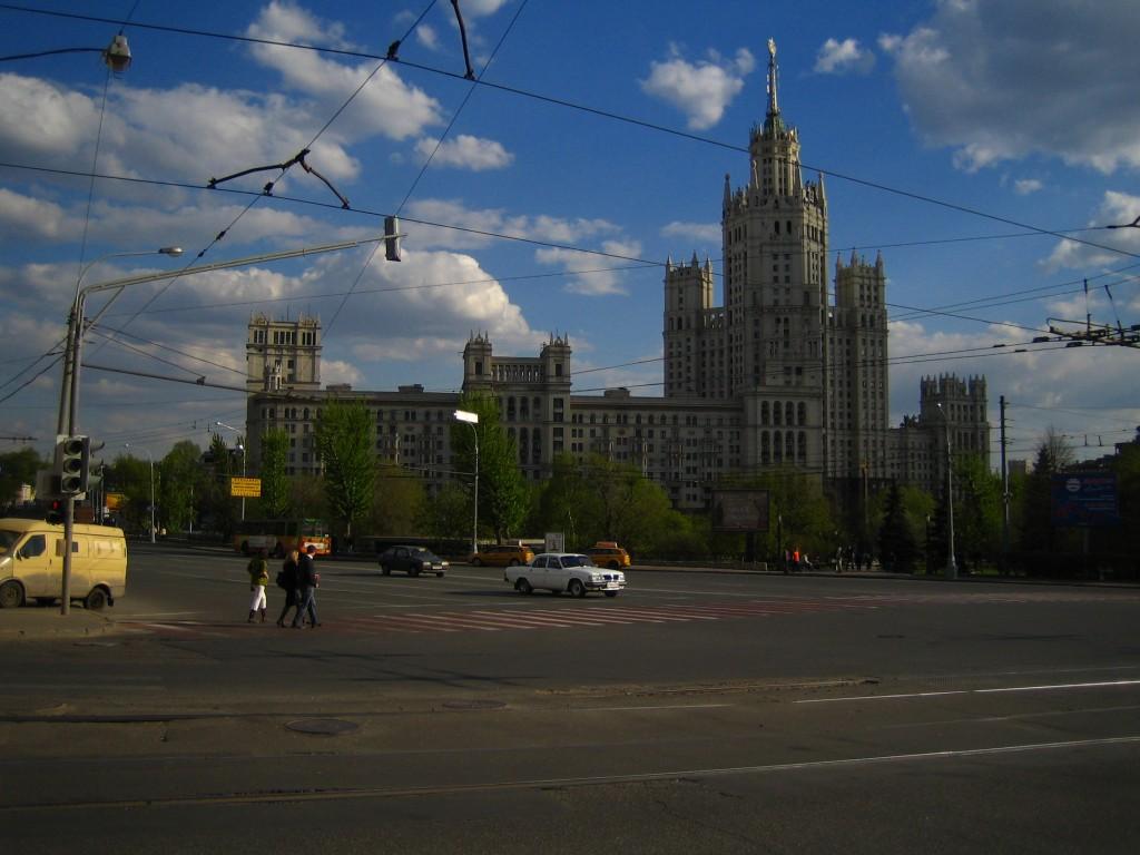 Площадь Яузские Ворота, Самый длинный пешеходный переход («зебра») в Москве (60 м), Высотное здание на Котельнической набережной