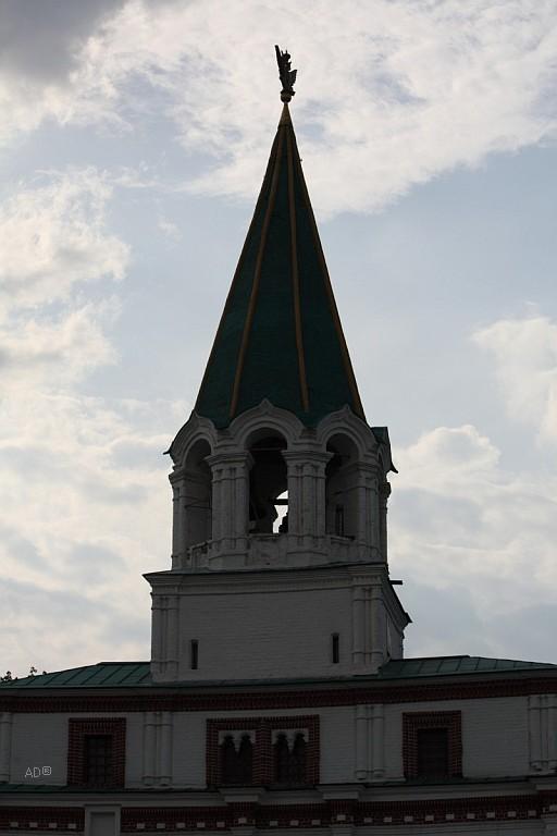 Башня комплекса передних ворот с восьмигранным шатром на котором установлен деревянный двуглавый орел с короной