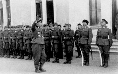 Глобочник инспектирует 1-е Казачье юнкерское училище в Вилла Сантина в 1945-м