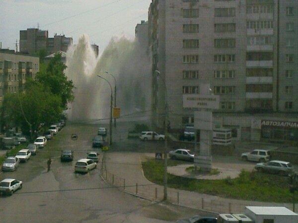 Прорыв тепломагистрали в центре Новосибирска, 27 мая 2008 г. (14:33:28)