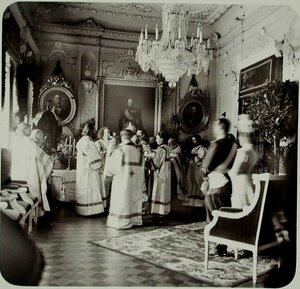 Император Николай II,вдовствующая императрица Мария Фёдоровна,группа священнослужителей в одном из залов здания Совета Общества.